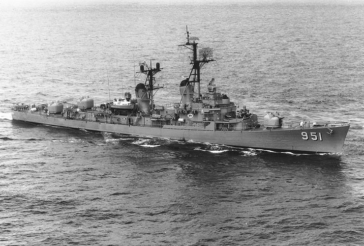 USS_Turner_Joy_(DD-951)_underway_at_sea_on_9_May_1964_(NH_98257)_By PH1 Moen, U.S. Navy, of USS Kitty Hawk (CVA-63) - U.S. Navy photo NH 98257